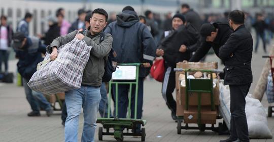 Госслужба миграции озвучила число мигрантов за рубежом.