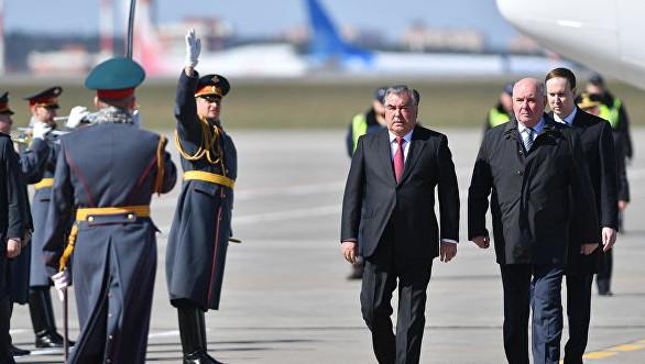 Президент Таджикистана прибыл с официальным визитом в Москву.