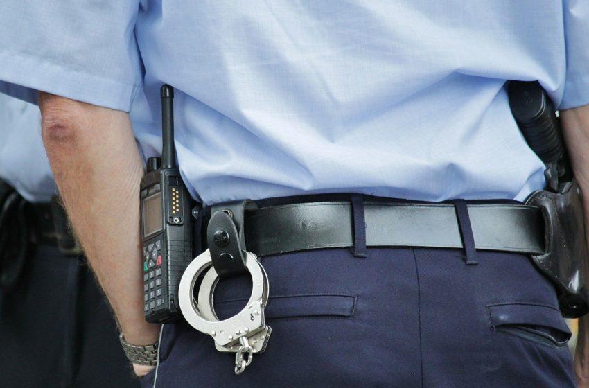 Имеет ли право сотрудник полиции проверять документы?